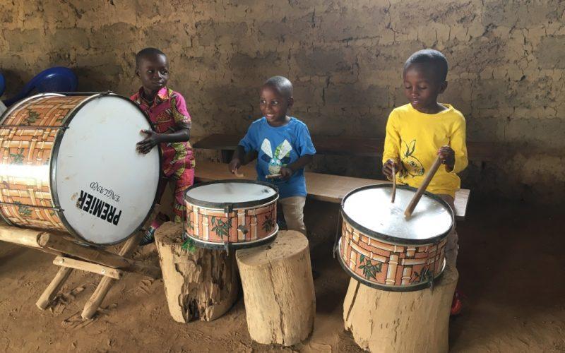 Kinder mit Trommel Togo